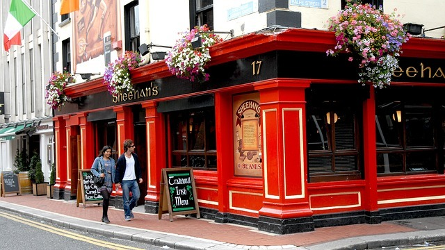 Temple Bar Pub - Major Expat hot spot - Live & Work in Dublin